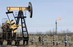 Станок-качалка на месторождении Юганскнефтегаза под Нефтеюганском 26 апреля 2006 года. Добыча нефти в России как минимум останется на рекордном прошлогоднем уровне в этом году за счет запуска новых месторождений, но значительное повышение добычи маловероятно, считают чиновники и аналитики. REUTERS/Sergei Karpukhin