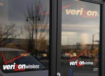 Verizon Communications annonce une hausse de 3,4% de son chiffre d'affaires au quatrième trimestre, légèrement supérieure aux attentes de Wall Street, grâce à une croissance plus marquée qu'anticipé du nombre d'abonnés de Verizon Wireless, sa coentreprise avec Vodafone Group. /Photo d'archives/REUTERS/Rick Wilking