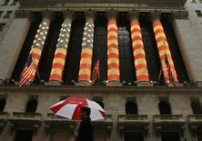 Wall Street a ouvert en légère hausse mardi dans un marché animé par une série de résultats trimestriels mitigés. Dans les premiers échanges, l'indice Dow Jones gagne 0,3%, le Standard & Poor's 5000, 0,56% et le Nasdaq Composite 0,68%. /Photo d'archives/REUTERS/Lucas Jackson