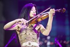 A violinista Vanessa-Mae em uma performance durante uma cerimônia para comemorar o 35º aniversário do presidente checheno Ramzan Kadyrov, na capital Grozny. A estrela do violino vai colocar os seus esquis de slalom no mês que vem para se tornar a terceira pessoa a representar a tropical Tailândia nos Jogos Olímpicos de Inverno. 05/10/2011 REUTERS/Yelena Fitkulina