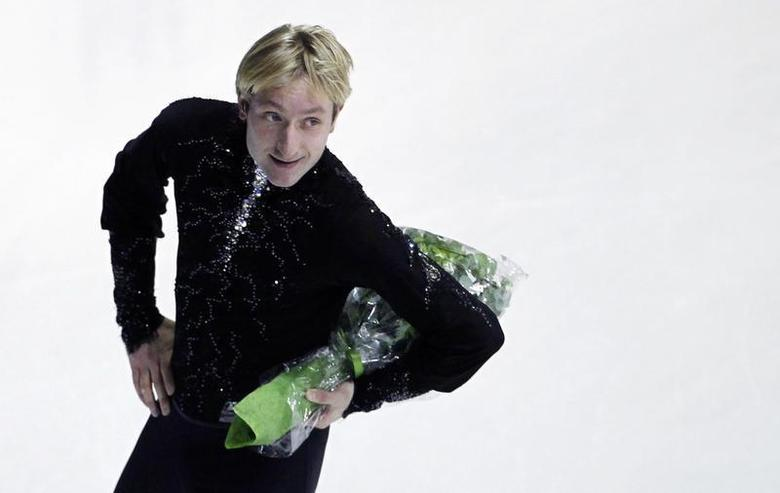 Russia's Evgeni Plushenko holds a bouquet of flowers after his performance in the men's short program at the European Figure Skating Championships in Zagreb January 24, 2013. REUTERS/Antonio Bronic