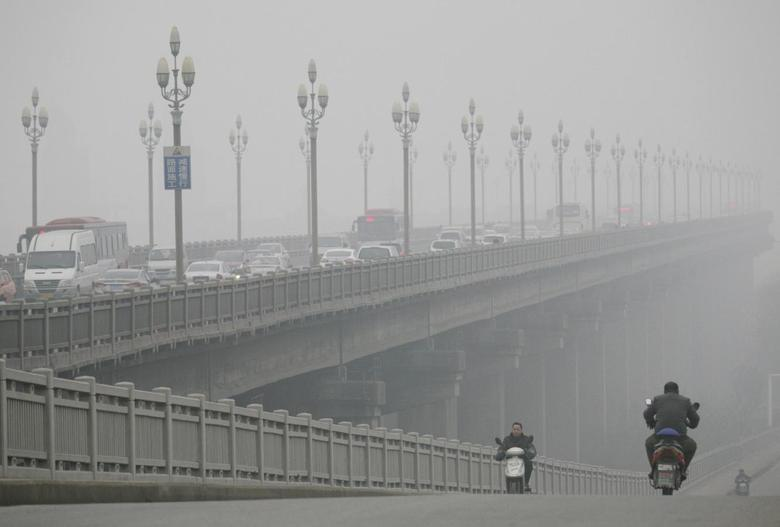People ride along a bridge on a smoggy day in Nanjing, Jiangsu province, January 18, 2014.REUTERS/China Daily
