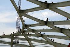 Funcionários trabalham no topo de uma estrutura dentro da Arena Amazônia, conforme a construção continua em preparação para a Copa do Mundo FIFA 2014 em Manaus. As vendas de aço plano por distribuidores do Brasil subiram 4,3 por cento em 2013, para 4,54 milhões de toneladas, informou a associação que representa o setor, Inda, nesta terça-feira. 10/12/2013 REUTERS/Gary Hershorn