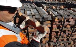 Un trabajador revisa un cargamento de cobre en la refinería de Codelco en Ventanas, Chile, abr 16 2012. El superávit en las existencias de cobre se reducirá significativamente este año y el próximo, lo que ayudará a amortiguar el impacto en los precios de una desaceleración económica y la incierta demanda en China, mostró un sondeo de Reuters. REUTERS/Eliseo Fernandez