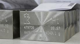 Unos lingotes de platino de 99,97 y 99,98 por ciento de pureza en la planta Krastsvetmet en Krasnoyarsk, Rusia, abr 12 2012. Los metales del grupo del platino tendrán una mayor subida que el oro y la plata este año, apuntalados por una mejoría en la economía global y una menor producción minera, pero abundantes inventarios limitarán el alza, según mostró el martes un sondeo de Reuters. REUTERS/Ilya Naymushin