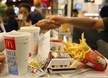 Selon le site internet de L'Expansion, les services fiscaux français soupçonnent McDonald's d'avoir soustrait plus de 2,2 milliards d'euros de revenus en utilisant des filiales luxembourgeoise et suisse. /Photo d'archives/REUTERS/Vincent Kessler