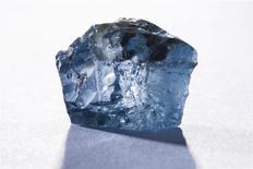 Un diamant bleu de 29,6 carats, l'un des plus rares au monde et dont le prix de vente pourrait atteindre plusieurs dizaines de millions de dollars, a été découvert en Afrique du Sud dans une mine exploitée par la compagnie Petra Diamonds. /Photo diffusée le 21 janvier 2014/REUTERS/Petra Diamonds Limited