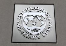 Логотип МВФ на штаб-квартире фонда в Вашингтоне 18 апреля 2013 года. Международный валютный фонд во вторник повысил прогноз мирового роста впервые почти за два года, заявив, что исчезновение экономических препятствий позволит развитым странам перенять эстафету роста от развивающихся стран. REUTERS/Yuri Gripas