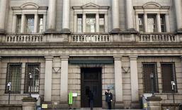 La Banque du Japon a comme attendu maintenu mercredi sa politique de soutien monétaire et ses prévisions d'inflation optimistes, faisant le pari que la reprise incitera les entreprises à investir et à augmenter les salaires. /Photo prise le 22 janvier 2014/REUTERS/Yuya Shino