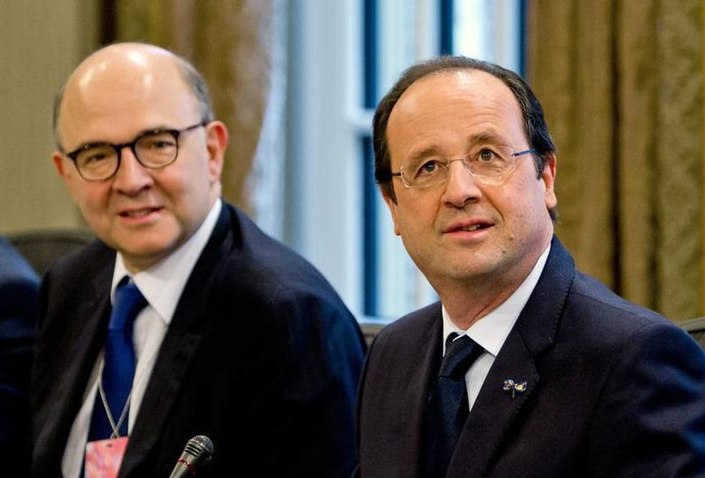 France's Finance and Economy Minister Pierre Moscovici and France's President Francois Hollande (R) attend a meeting with the Dutch government in The Hague January 20, 2014. REUTERS/Freek van den Bergh/Pool
