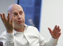 Исполнительный директор Dow Jones Лекс Фенвик дает интервью в Ньй-Йорке 20 июля 2012 года. News Corp Руперта Мёрдока неожиданно попрощалась с исполнительным директором Dow Jones Лексом Фенвиком, оставив открытым вопрос относительно будущего своих информационных продуктов для финансовых институтов. REUTERS/Brendan McDermid