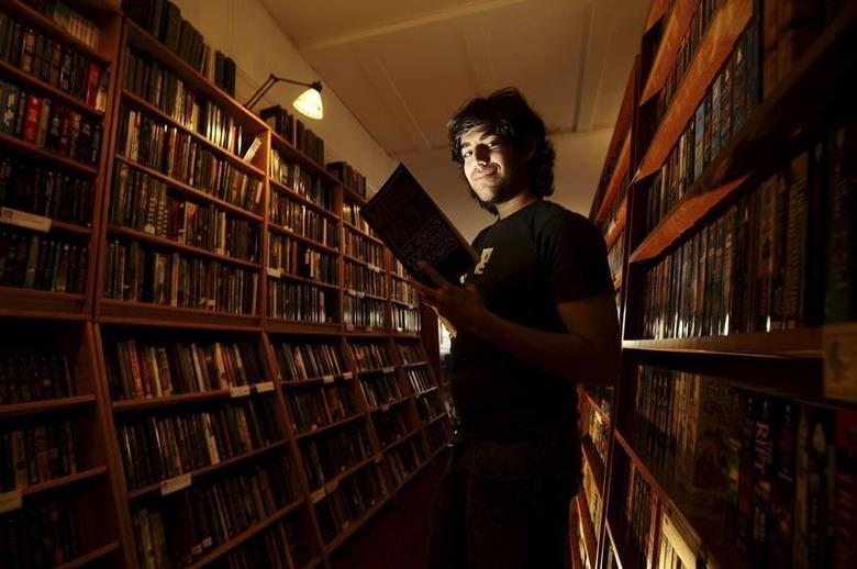 Aaron Swartz poses in a Borderland Books in San Francisco on February 4, 2008. REUTERS/Noah Berger