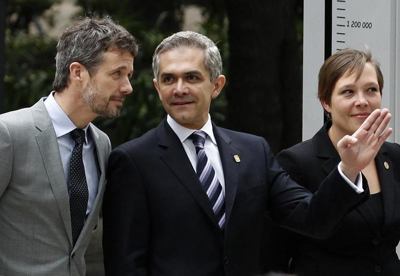Denmark's Crown Prince Frederik (L) listens to Mexico City's Mayor Miguel Angel Mancera as Denmark's Health Minister Astrid Krag looks on during the inauguration of a bicycle counter in Mexico City November 12, 2013. REUTERS/Tomas Bravo