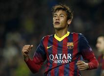 Neymar comemora após marcar um gol contra o Celtic durante a Liga dos Campeões em Barcelona. O juiz espanhol Pablo Ruz aceitou nesta quarta-feira ação contra o presidente do Barcelona, Sandro Rossell, pelo suposto crime de apropriação indébita na contratação do atacante Neymar. 11/12/2013 REUTERS/Albert Gea