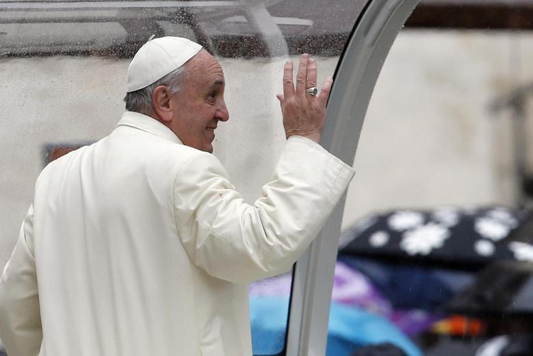 Pope Francis waves as he leaves after leading his weekly general audience at St. Peter's Square at the Vatican January 22, 2014. REUTERS/Giampiero Sposito