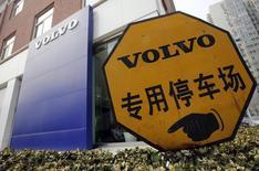 Placa de estacionamento fotografada em frente a uma concessionária da Volvo, em Pequim. A Volvo disse nesta quarta-feira que uma agência chinesa havia aprovado uma joint venture entre a segunda maior fabricante de caminhões do mundo e a chinesa Dongfeng Motor Group, mas que mais aprovações ainda eram necessárias. 21/03/2013. REUTERS/Kim Kyung-Hoon