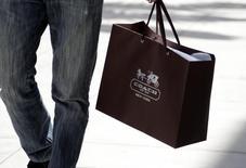 Sacola de compras da marca Coach fotografada em Beverly Hills, Califórnia. A fabricante de roupas e acessórios Coach afirmou que suas vendas na América do Norte caíram ainda mais no último trimestre de 2013, perdendo espaço no negócio de bolsas para concorrentes como a Michael Kors e Kate Spade. 21/05/2013. REUTERS/Fred Prouser