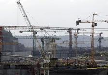 L'Autorité du Canal de Panama (APC), le consortium mené par l'espagnol Sacyr et l'assureur suisse Zurich Insurance ont élaboré un montage financier qui pourrait mettre fin au conflit qui menace le projet d'agrandissement de la voie commerciale. /Photo prise le 15 janvier 2014/REUTERS/Carlos Jasso