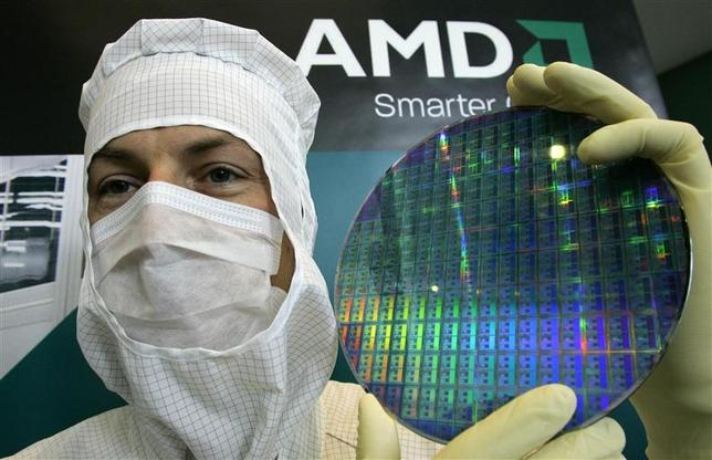 A technician of computer microprocessors maker AMD poses for the media with a wafer at the chip plant in Dresden October 24, 2006. AMD celebrated its 10th anniversary of the AMD plant in the eastern German city of Dresden on Tuesday. REUTERS/Fabrizio Bensch