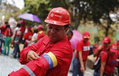 Un trabajador de la petrolera estatal venezolana PDVSA en un evento en la Academia Militar de Caracas, mar 10 2013. La petrolera estatal venezolana PDVSA dijo el miércoles que su deuda financiera consolidada subió 8,4 por ciento en el cierre del 2013 contra el año anterior, a unos 43.400 millones de dólares, sin contar su deuda a proveedores de servicios o el financiamiento para emprendimientos conjuntos. REUTERS/Tomas Bravo