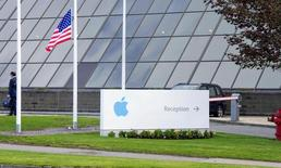L'investisseur activiste Carl Icahn a de nouveau critiqué la gestion d'Apple mercredi et il a parallèlement annoncé avoir acheté pour 500 millions de dollars d'actions supplémentaires ces deux dernières semaines. /Photo d'archives/REUTERS/Michael MacSweeney