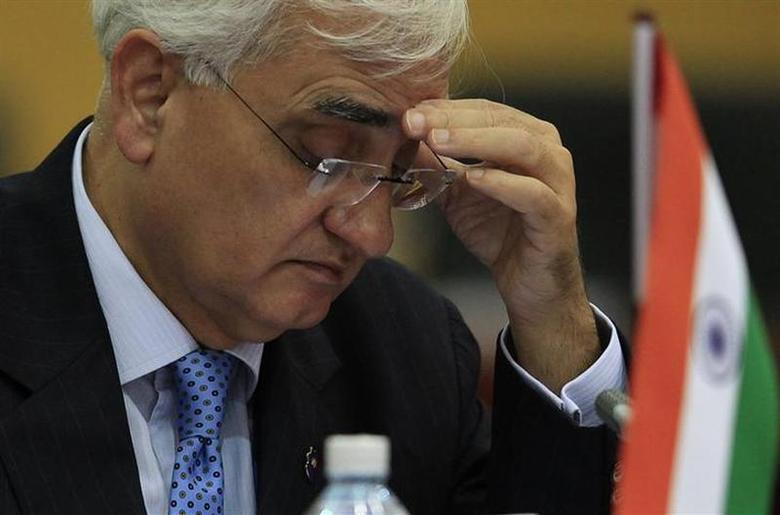 Foreign Minister Salman Khurshid reads a document during a pre-Commonwealth Heads of Government Meeting (CHOGM) in Colombo November 14, 2013. REUTERS/Dinuka Liyanawatte