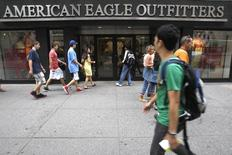 Pedestrians walk past an American Eagle Outfitters store in New York, June 23, 2009. REUTERS/Brendan McDermid