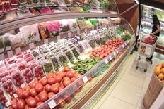 Женщина в овощном отделе московского супермаркета 3 июня 2011 года. Российская розничная группа X5 Retail увеличила продажи 2013 году на 8,7 процента до 532,7 миллиарда рублей, уложившись в прогноз, и показала ускорение роста выручки в IV квартале, сообщила компания в четверг. REUTERS/Alexander Natruskin