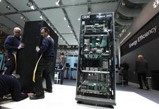 IBM a annoncé jeudi la cession de ses serveurs x86 au chinois Lenovo pour un montant de 2,3 milliards de dollars (1,7 milliard d'euros). /Photo d'archives/REUTERS/Thomas Peter