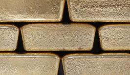 Слитки золота на заводе Oegussa в Вене 26 августа 2011 года. Цены на золото восстановились с двухнедельного минимума после сообщения о замедлении производственной активности в Китае и накануне совещания ФРС, на котором центробанк может продолжить сокращение стимулов. REUTERS/Lisi Niesner