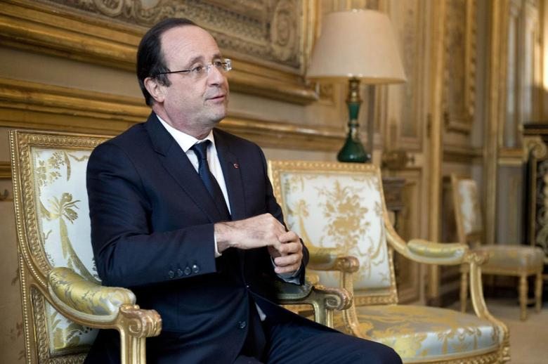 French President Francois Hollande reacts during a meeting with a guest in his office at the Elysee Palace in Paris, January 22, 2014. REUTERS/Alain Jocard/Pool