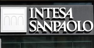 """Логотип Intesa Sanpaolo на отделении банка в Риме 30 сентября 2013 года. Группа Дмитрия Фирташа, владеющего десятым по размеру активов на Украине банком Надра, за 74 миллиона евро ($100,3 миллиона) купила местную """"дочку"""" итальянской группы Intesa Sanpaolo - Правэксбанк, сообщили в четверг участники сделки. REUTERS/Remo Casilli"""