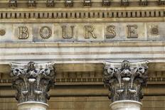 Les Bourses européennes continuent d'évoluer sur une tendance irrégulière à mi-séance. Vers 11h40 GMT, le CAC 40 est stable à 4.325,20 points (+0,01%) mais Francfort cède 0,18% et Londres 0,19%. Par contre, Madrid (+0,27%), Milan (+0,53%) et Bruxelles (+0,61%) surperforment, l'indice paneuropéen FTSEurofirst 300 abandonnant 0,15% et l'EuroStoxx 50 0,03%. /Photo d'archives/REUTERS/Charles Platiau