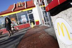 McDonald's a publié jeudi au titre du quatrième trimestre des ventes mondiales à périmètre comparable en baisse et inférieures aux attentes, conséquence entre autres de la vague de froid qui a frappé les Etats-Unis en décembre. /Photo d'archives/REUTERS/Shannon Stapleton