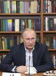 O presidente russo, Vladimir Putin, em um encontro com estudantes, em Moscou. A Rússia fez um apelo a outros países nesta quinta-feira para que ignorem cartas com ameaças de ataques aos Jogos Olímpicos de Inverno no próximo mês em Sochi, minimizando as mensagens e chamado-as de trotes. 22/01/2014 REUTERS/Mihail Metzel/RIA Novosti/Kremlin