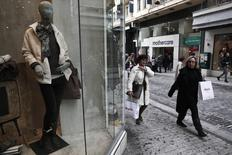 Consumidores carregam sacolas de compra fora de uma loja em uma rua comercial no centro de Atenas. A confiança do consumidor da zona do euro subiu mais do que o esperado em janeiro, para níveis não vistos desde meados de 2011, devido ao maior otimismo das famílias com a economia do bloco, informou a Comissão Europeia nesta quinta-feira. 16/01/2014 REUTERS/Yorgos Karahalis