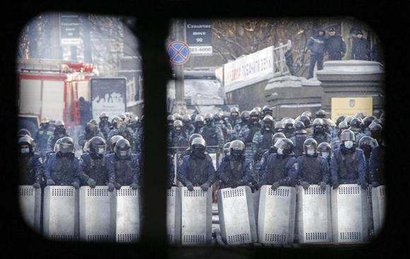 Ukranian police troops are seen at the site of clashes with pro-European integration protesters in Kiev January 23, 2014. REUTERS/David Mdzinarishvili