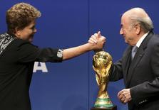 A presidente Dilma Rousseff cumprimenta o presidente da Fifa, Joseph Blatter, após declaração à imprensa na sede da entidade que controla o futebol, em Zurique, na Suíça, nesta quainta-feira. 23/01/2014 REUTERS/Thomas Hodel