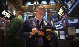 Foto de archivo de un operador en la Bolsa de Nueva York. Nov 27, 2013. Las acciones cayeron el jueves en la bolsa de Nueva York y el promedio Dow Jones sufrió su tercer descenso consecutivo, arrastrados por decepcionantes datos del sector manufacturero de China que provocaron una huida de los activos de riesgo. REUTERS/Carlo Allegri