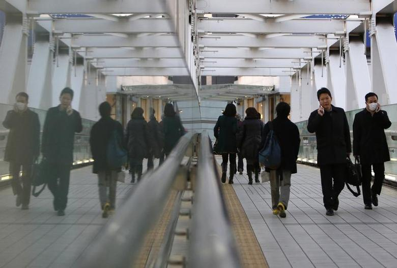 People walk on an overpass at a business district in Tokyo January 23, 2014. REUTERS/Yuya Shino