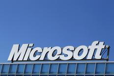 Логотип Microsoft на офисе компании в Бухаресте 20 марта 2013 года. Квартальная прибыль технологического гиганта Microsoft Corp превысила прогнозы во втором квартале финансового года благодаря сильным продажам программного обеспечения и бизнес-сервисов, хорошим праздничным продажам нового поколения консоли Xbox и планшета Surface, а также небольшому уменьшению суммы уплаченных налогов. REUTERS/Bogdan Cristel