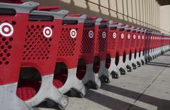 Тележки для покупок у магазина Target в Палм-Косте, Флорида, 9 декабря 2013 года. ФБР посоветовало американским ритейлерам быть готовыми к новым хакерским атакам после того, как раскрыло в прошлом году около 20 дел, связанных с компьютерными взломами. REUTERS/Larry Downing