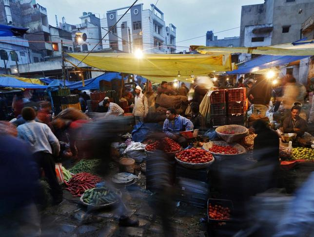 Vendors sell vegetables at a wholesale vegetable market in the old quarters of Delhi January 22, 2014.REUTERS/Ahmad Masood