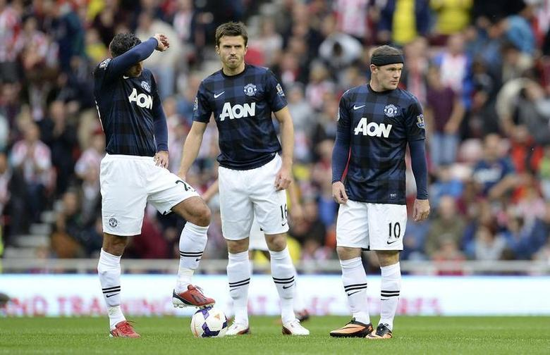 Manchester United's Robin van Persie (L), Michael Carrick (C) and Wayne Rooney react after Sunderland's Craig Gardner (unseen) scored during their English Premier League soccer match at The Stadium of Light in Sunderland, northern England, October 5, 2013. REUTERS/Nigel Roddis