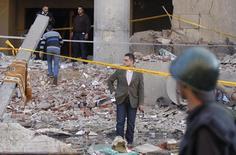 Полицейские работают на месте взрыва у здания Управления безопасности Каира 24 января 2014 года. Как минимум четыре человека погибли в результате взрыва, прогремевшего в пятницу около здания Управления безопасности Каира в центре египетской столицы. REUTERS/Amr Abdallah Dalsh