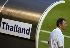 Bryan Robson, head coach Thailand's national team, watches their friendly match against Leicester City in Bangkok October 9, 2010. REUTERS/Damir Sagolj