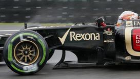 Piloto francês Romain Grosjean pilota um dos carros da Lotus durante sessão de treinos para o Grande Prêmio do Brasil de Fórmula 1, no circuito de Interlagos, em São Paulo. A escuderia Lotus de Fórmula 1 anunciou nesta sexta-feira que seu co-presidente do conselho Gerard Lopez vai substituir o francês Eric Boullier no cargo de chefe de equipe. 23/11/2013. REUTERS/Paulo Whitaker