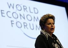 """A presidente Dilma Rousseff fala durante uma sessão no Fórum Econômico Mundial em Davos. Dilma fez sua estreia no Fórum Econômico Mundial com um discurso de mais de meia hora em que apresentou o Brasil como """"uma das mais amplas fronteiras de oportunidades de negócios"""" e como um país comprometido com a solidez dos fundamentos macroecônomicos. 24/01/2014 REUTERS/Denis Balibouse"""