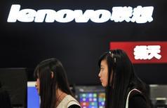 Unos clientes pasan junto a una tienda de Lenovo en Hefei, China, oct 18 2013. Las acciones del fabricante chino de computadoras Lenovo Group Ltd subieron más de un 8 por ciento el viernes en la bolsa de Hong Kong, después de que la compañía acordó la adquisición del negocio de servidores económicos de IBM Corp por 2.300 millones de dólares. REUTERS/Stringer/Files
