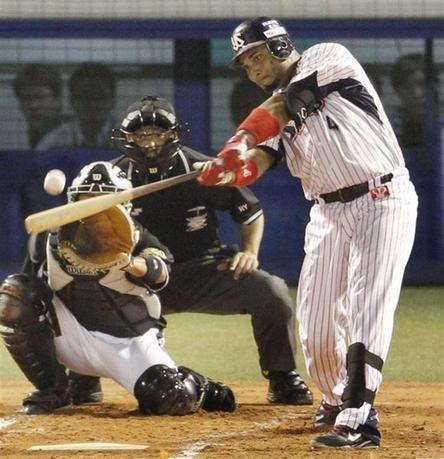 Tokyo Yakult Swallows' Wladimir Balentien hits his 56th homer to break Japan's single-season, off Hanshin Tigers' Daiki Enokida in the first inning of their regular season baseball game in Tokyo, in this photo taken by Kyodo September 15, 2013. REUTERS/Kyodo